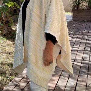 Ce kimoncho de couleur ivoire est une pièce unique de créateur