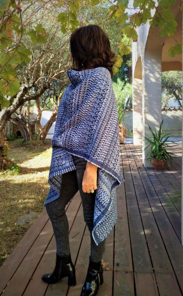 Kimoncho bleu AZULERA, à porter avec une grosse écharpe douillette pour affronter l'hiver en toute élégance